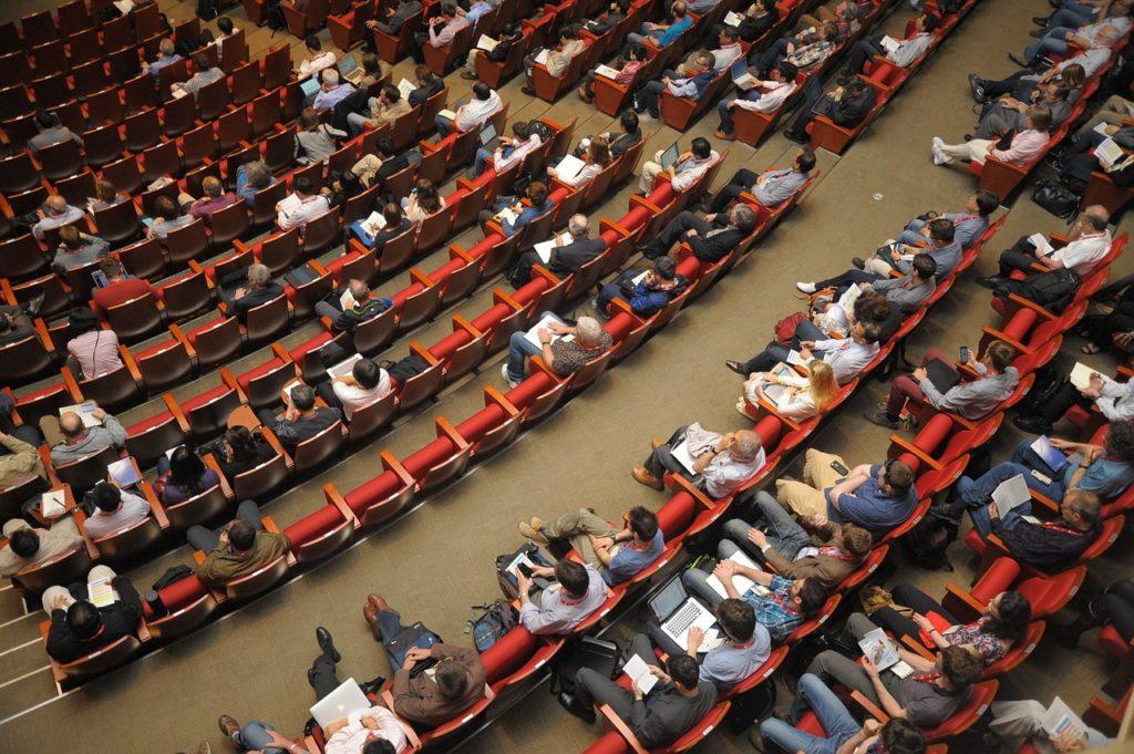 Una conferencia en streaming