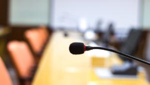 micrófono en un evento remoto presencial o hibrido